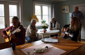Lennart, Ragnhild, Knut, Bengt och Lone från Nordiska Visfamiljen vid en helt annan visträff, hösten 2013 i Hallstahammar.