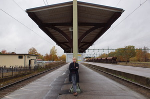 Frida Kempff vid tågstationen i Sala. Foto: Stina Elg.