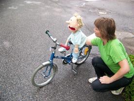 Pontusdockan lär sig cykla.