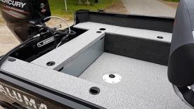 Kastdäck i aktern med inbyggd förvaring för batteri och tank
