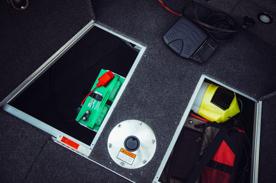 Batteriförvaring för elmotor under främre kastdäck