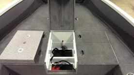 Smart batteriförvaring under främre kastdäck med plats för 2st batterier