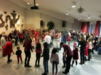 Dans kring granen i Varagårdsskolans aula 23/12 2017