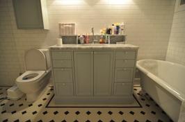 Platsbyggt badrumsskåp lantlig stil