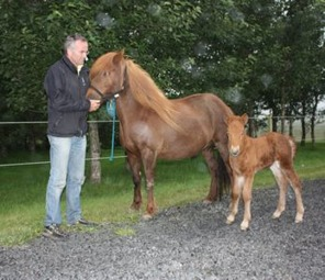 Fantasía with mother Fasta and proud breeder, Per