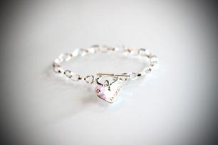 Stilrent armband med hjärtbricka