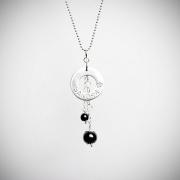 Halsband med rund namnbricka och två pärlor