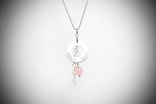 Romantiskt halsband med rund namnbricka
