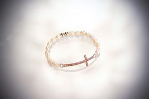 Kors armband med sötvattenspärlor