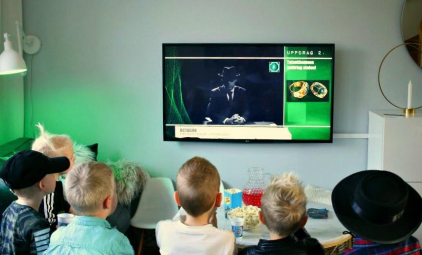 Spy:Co agenterna tittar på första filmen där Agentchefen Octagon ger dem instruktioner - Foto Liw Olausson