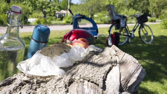 Lite  enkel picknick på cyckelutflykten gör turen trevligare.
