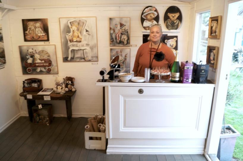 Här är det invigning av galleriet och jag har hängt upp mina nalletavlor.
