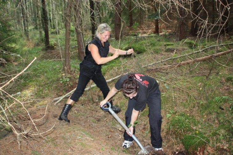 anna piskar på Emma så hon gräver fortare=)
