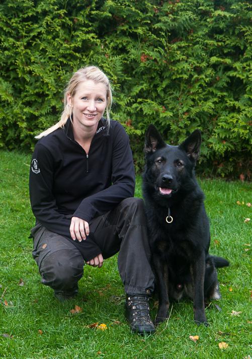 Paulina å Amigo utbildade vapensöks hund