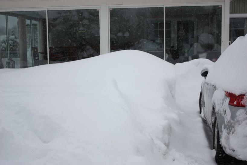 våran inlgasade altan syns knappt för all snö