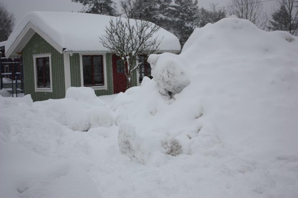 Hundhuset och hundgården igen snöad.