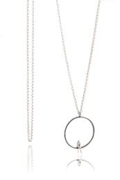 Egen tid - halsband 90 cm långt i silver med oxiderad ring. Kvinna i miniatyr med en bok i handen.