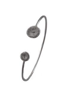 Armband Knappfossil i oxiderat silver, stelt