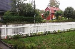 vitmålat staket i trä