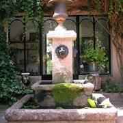 Den vackra fontänen på innergården
