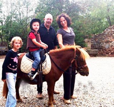 Värdparet Thierry och Corinne med sina två barn.