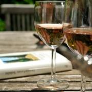 En god bok och ett glas rosé