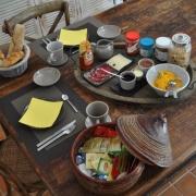 Frukosten serveras vid bordet.