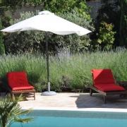 Solstolar vid poolen