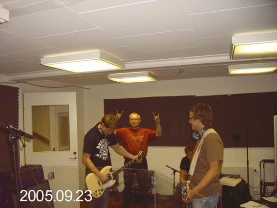 """I studion för att spela in """"Explosive Lullabies"""" Mats Axfors rattar."""