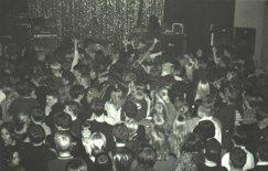 Publikbild från Sobelhuset, Backyard Babies på scen, 1998.