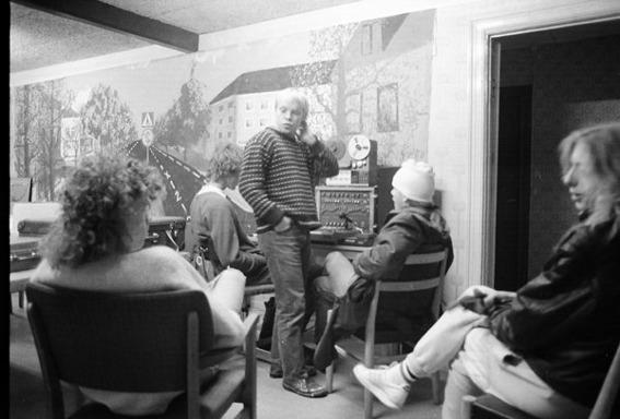 Tage Drag spelar in demo i Mats något provisoriska studio på Musikcaféet, januari 1987. med P Åkersson, Wigren?, Mats Axfors, Fredde J och Niclas Ortman. (Foto:Fredde Grehn)