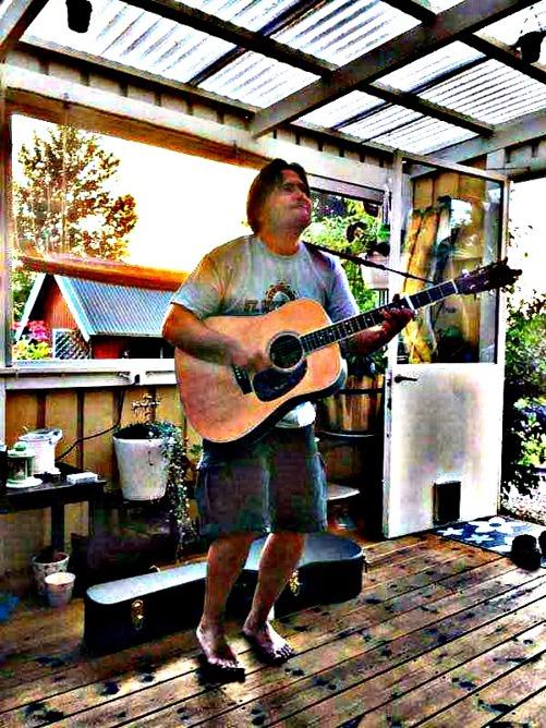 tommy med gitarr hos mikael