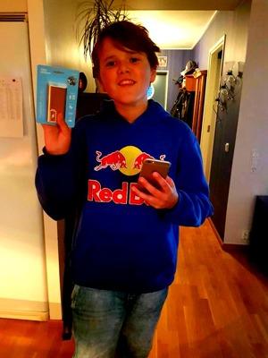 En stolt son med sitt förstapris i Pokemontävlingen