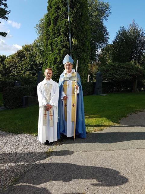 Kyrkoherde Sigge Widekärr och biskop Esbjörn Hagberg utanför Färgelanda kyrka