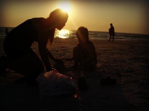 Fort Myers beach. 2008? Marie och Eric bygger slott i sanden medan solen är på väg ner i havet.