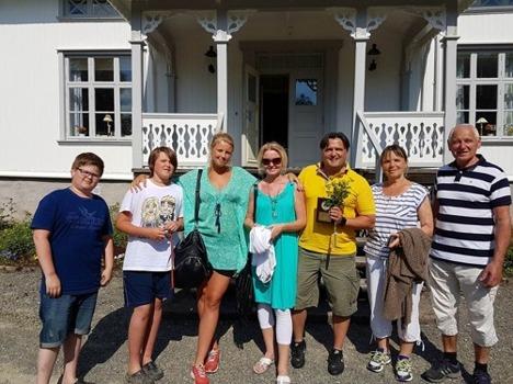 Jag tillsammans med de närmaste framför Stigens herrgård, 6 juni 2016 när jag fick priset årets man i Färgelanda