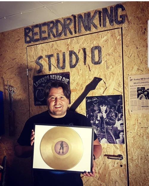 PÅ väggen i Beer drinking studio hänger vår Desperadoplatta. Väcker minnen.