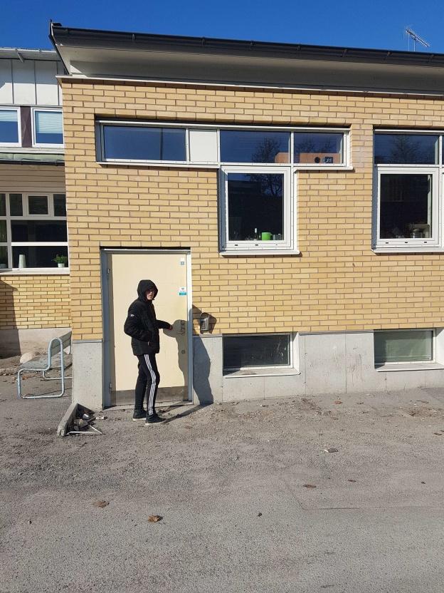 Här är ingången till en av svensk musiks viktigaste musikstudios; Redline Records. Eric Widekärr knackar på.