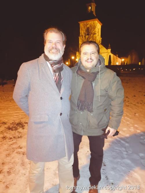 Jag och Lars utanför Färgelanda kyrka, strax innan vi går in.