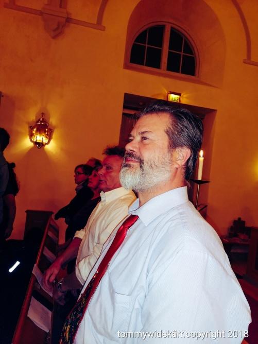 Raka i bänkraden. På bilden min vän Lars, min far, min mor.