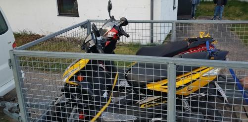 Mopederna är okörbara efter ett stöldförsök och får transporteras hem.