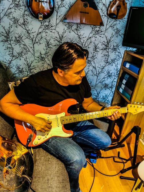 Jag tillsammans med brorsans Stratocaster.