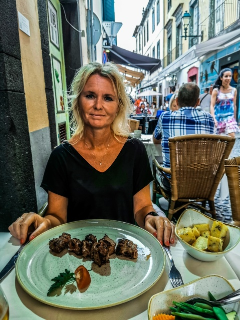 Anette äter det för Madeira klassiska grillspettet Espetada.