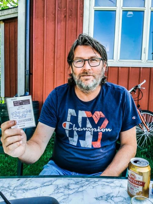 Min vän Mikael Wireby håller stolt upp sitt Interailkort från 1986.