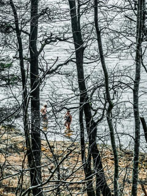 Badkvinnorna njuter av det friska vattnet