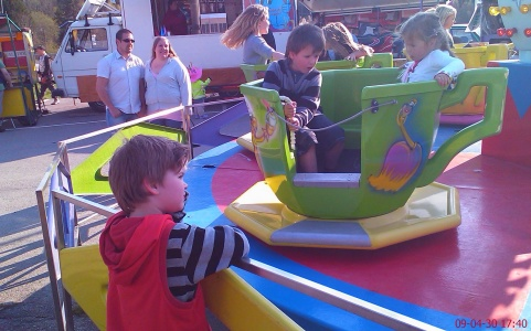 I karusellen min son Eric och Gudbarn Hannah. Karl övervakar allt.
