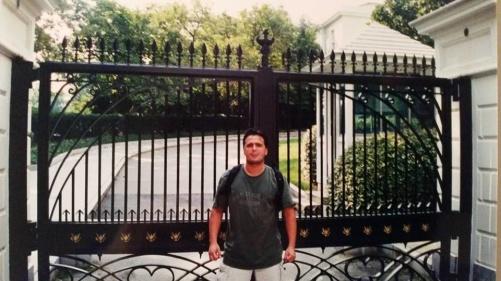 Jag utanför en av grindarna till Vita huset.