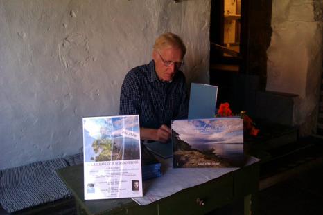 Arne Appelqvist signerar böcker på Café på Klostret, Blomberg, Kinnekulle.