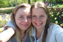 """Linda och Veronica Berling, författarna och tillika tvillingarna bakom de samlade berättelserna om """"Spikengubbarna"""" och livet i Spiken på Kållandsö - """"Där vägen slutar""""."""
