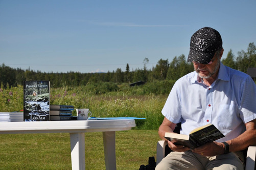 """Lars Alm högläser ut sin roman """"Pojken i bäcken"""" på Konstigen i Lainio"""